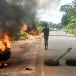 Policemen Jump Inside Bush As Unknown Gunmen Storm Checkpoint In Aguata, Anambra